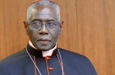 Íme a bíboros, aki legyalulta a pápát