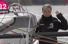 Greta Thunberg fejét nézegetve