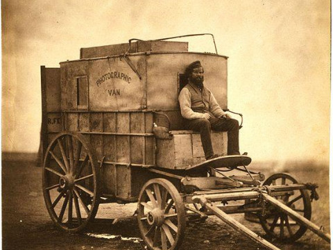 Fotó: Roger Fenton: Marcus Sparling, full-length portrait, seated on Roger Fenton's photographic van, 1855