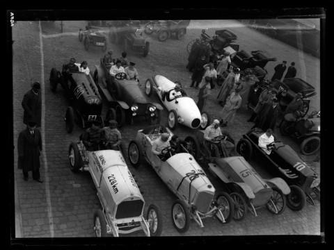 Fotó: Martin Munkacsi: Mercedes Benz felvonulás, Mannheim, Németország, 1933