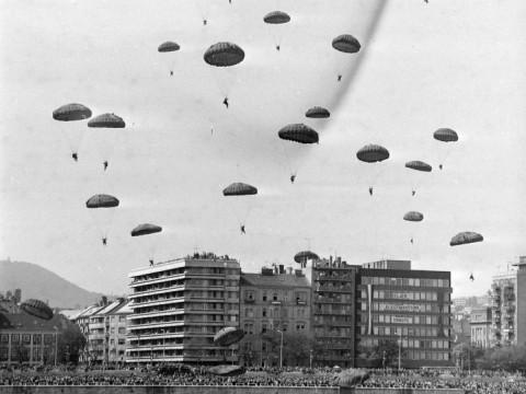 Fotó: Bem rakpart, a Csalogány utca torkolatától, 1978. augusztus 20-i légiparádé, (forrás: fortepan.hu/MHSZ)