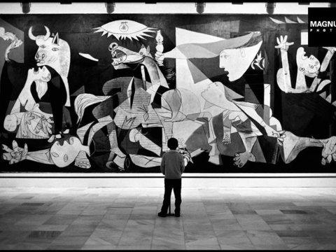 """Fotó: Elliott Erwitt: Museo Nacional Centro de Arte Reina Sofia. """"Guernica"""" by Pablo Picasso, Madrid, 1995 © Elliott Erwitt / Magnum Photos"""