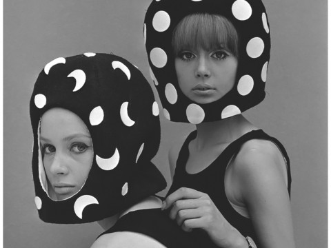 Fotó: John French: Celia Hammond and Patty Boyd in Edward Mann Dot and Moon Helmets, Pierre Cardin, 1965 © John French