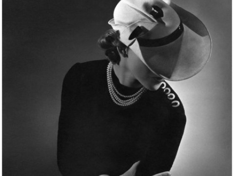 Fotó: Horst P. Horst: Model Wearing A White Newsboy-style, Vogue, 1935 © Horst P. Horst