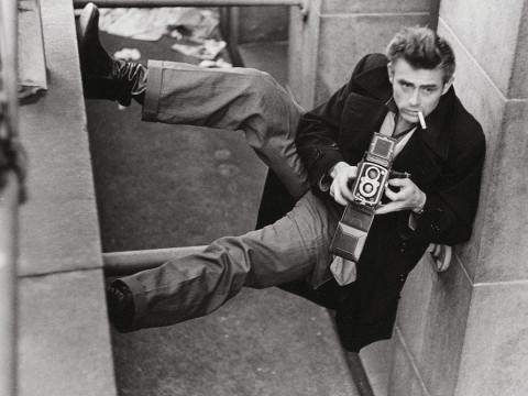 Fotó: Roy Schatt: James Dean Rolleiflexével fényképez, New York, 1954