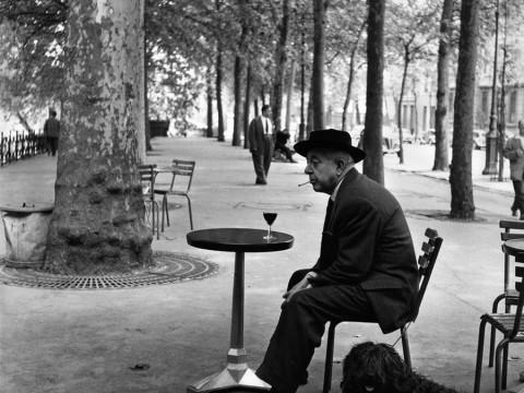 Fotó: Robert Doisneau: Jacques Prevert au guéridon (Jacques Prevert and table), 1955 © Atelier Robert Doisneau