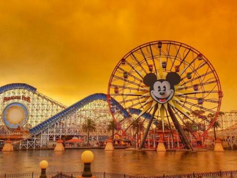 Fotó: Erdőtűz Disneyland környékén, Anaheim, Kalifornia, 2017. október 11. © Kennya.Boulter/Reuters (forrás: reuters.com)
