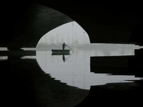 Fotó: Csónak a ködben, Lianyungang, Jiangsu tartomány, Kína, 2018. november 28. © Reuters/Stringer  (forrás: reuters.com)