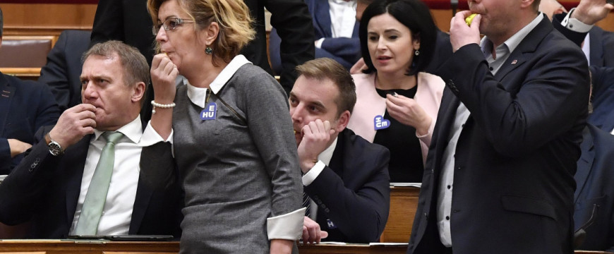 Az ellenzéki képviselők ellehetetlenítik a parlament munkáját