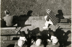 Fotó: Moholy-Nagy László: Eton. Eleves watching cricket from the pavilion on Agar's Plough, ca. 1930, © VG Bild-Kunst, Bonn 2010