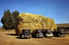 Fotó: Russell Lee: Szénaboglya az őszibarack-válogatók autóival Delta County, Colorado, 1940