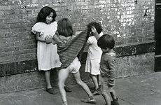 Fotó: Helen Levitt: Untitled, New York (boy lifting girl's skirt), c. 1942.