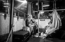 Fotó: Kurucz Árpád:  Afgán menekült nő imádkozik, miután többnapos várakozás után buszokkal útnak indultak Ausztriába.