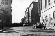 Fotó: Négyesi Pál: Utcai autóverseny, Vörösmarty színház, az Országzászló tér felől nézve, Székesfehérvár, 1954 © fortepan.hu