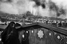Fotó: Ara Güler: A Szulejmán-mecset a Galata hídról, Isztambul, Törökország, 1955