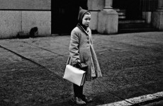Fotó: Diane Arbus: Girl with a pointy hood and white schoolbag at the curb, N.Y.C. 1957 © Diane Arbus/The Estate of Diane Arbus LLC