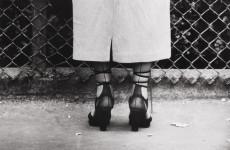Fotó: Berkó Ferenc: Női láb, Brookfield Zoo, USA, 1950. október © The International Center of Photography