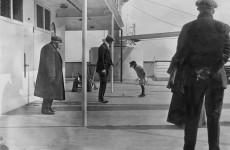 Fotó: Francis Browne: Kisgyerek játszik a Titanic fedélzetén, 1912. április  © Fr Browne SJ Collection—UIG/The Bridgeman Art Library