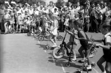 Fotó: Sándor György: Rollerverseny a Margitszigeten, 1958 © FSZEK Budapest Gyűjtemény/Fortepan