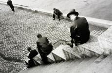 Fotó: Ilse Bing: Three men on steps by the Seine, 1931. Museum no. E.3032-2004, © Estate of Ilse Bing Wolff