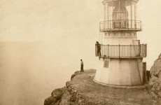 Fotó: Eadweard Muybridge: First-Order Lighthouse at Punta de los Reyes, Seacoast of California, 296 Feet Above Sea, 1871. © U.S. Coast Guard Historian's Office (forrás: wikimedia.org)