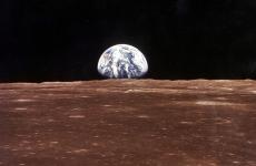 Fotó: A Föld a Holdról nézve közvetlenül azelőtt, hogy Neil Armstrong és Edwin Aldrin kiszálltak volna a leszállóegységből, hogy megkezdjék az emberiség első holdsétáját, 1969. július 21. © Nasa / Europress / Getty