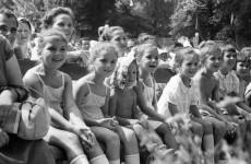 Fotó: Sándor György: Szabadtéri előadás gyerekeknek, 1957