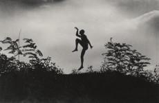 Fotó: André Kertész: Szabadban táncoló férfi (Jenő öcsém), Dunaharaszti, 1919. június/1967.   204x253 zselatinos ezüst  © André Kertész Emlékmúzeum, Szigetbecse