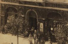 Fotó: Az 1895-ös archív felvételen a bejárattól balra a belga The Continental Bodega Company ivószobája, jobbra pedig Ádámsz D. Donat ruhakereskedése látható.